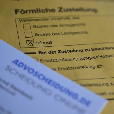 Zustellung der Scheidung durch das Familiengericht. Datum der Zustellung auf gelbem Briefumschlag wird vermerkt